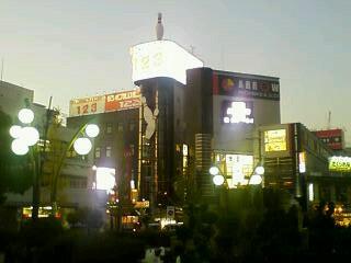 夕暮れの近鉄八尾駅前