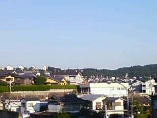 今朝、近鉄富雄駅ホ−ムからの空