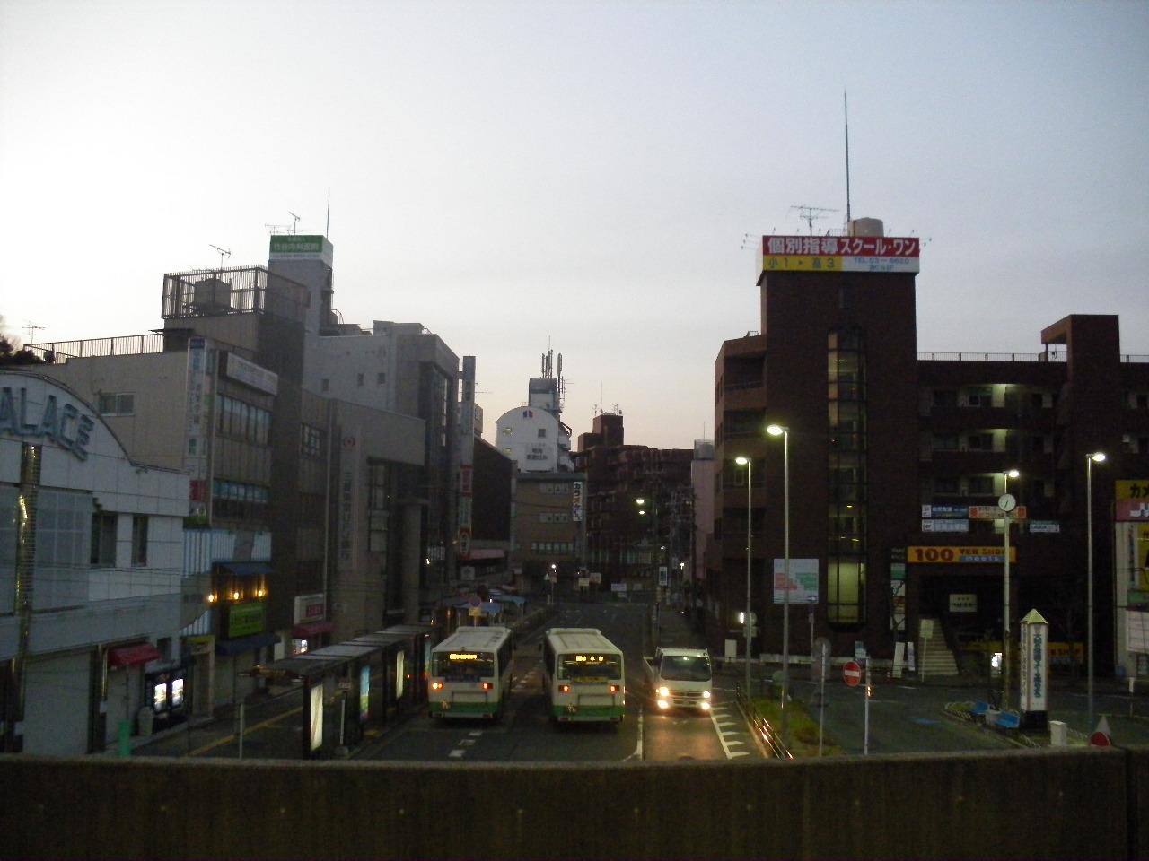 6:37 富雄駅前をホームから眺めて