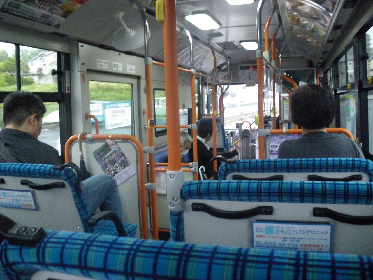 今朝は小さな可愛いバスに乗って